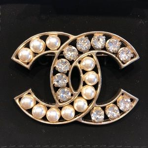 New Authentic Chanel Pearl & crystal brooch❤️❤️